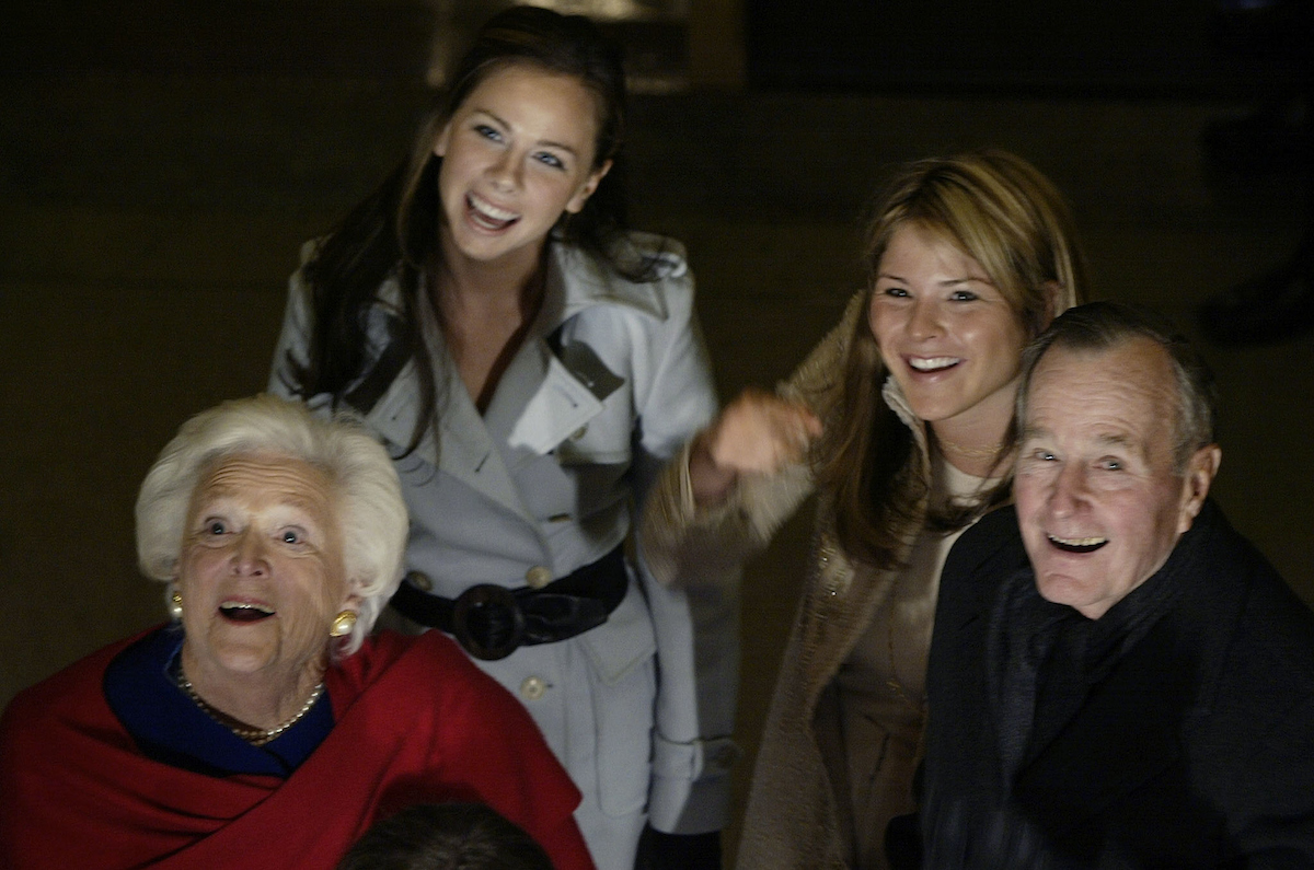 Former US President George H. Bush(L) with wife and grand daughters ?????????????? wave as they walk through the Rotunda on Capitol Hill January 20, 2005. REUTERS/Pool/Robert Sullivan