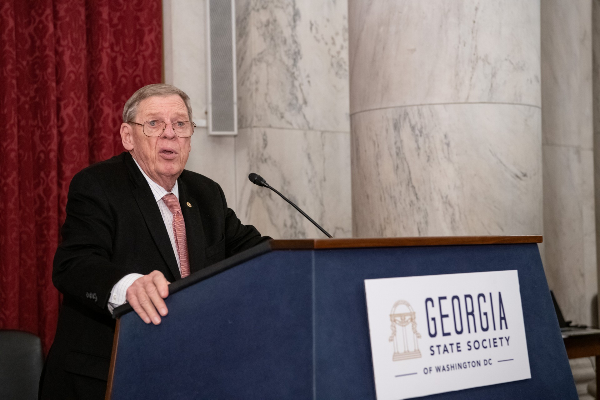 Sen. Johnny Isakson address the Georgia State Society during a farewell ceremony